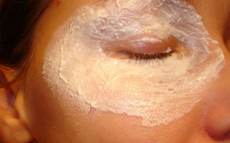 Підтягуюча, поживна і живильні маски для повік в домашніх умовах