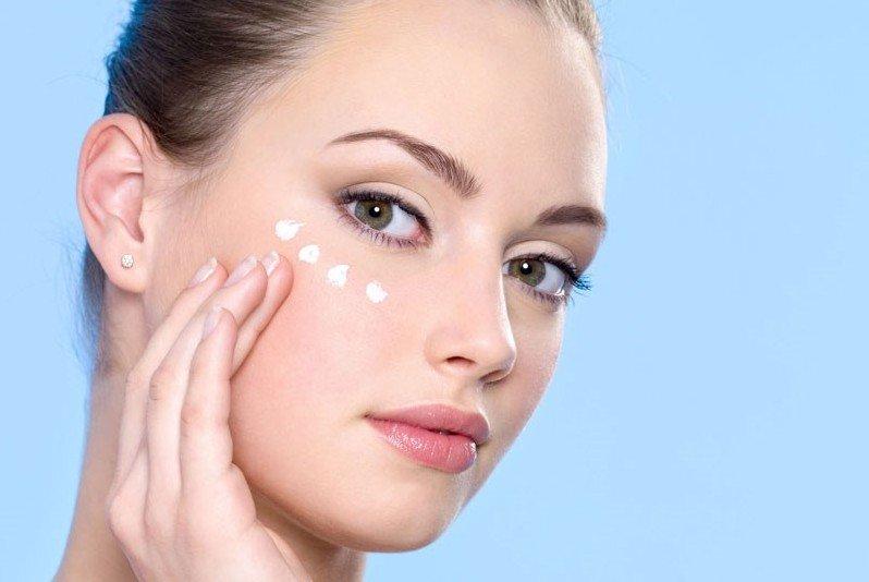Як правильно доглядати за шкірою навколо очей: догляд за шкірою повік