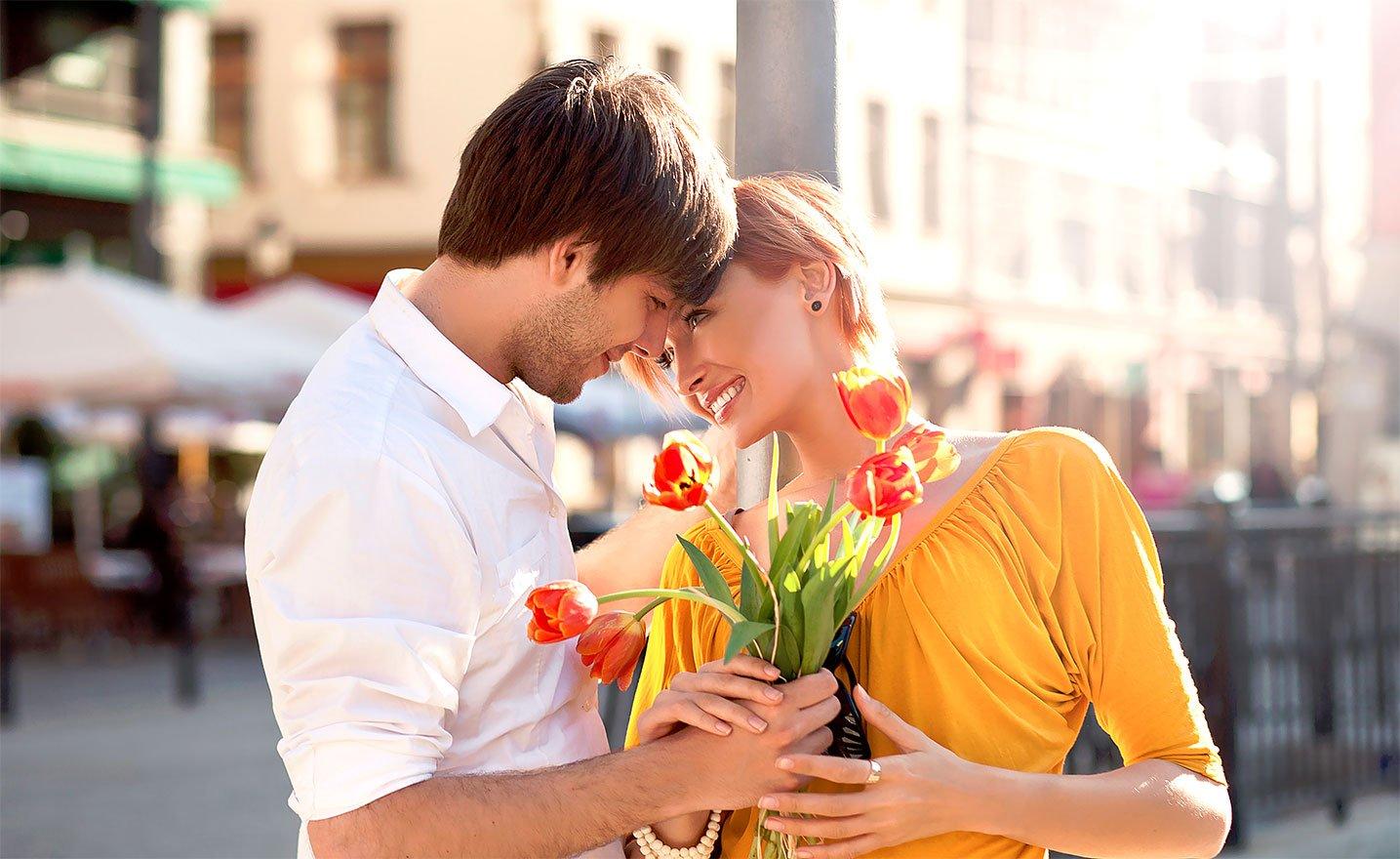 Фото мужчин дарят цветы